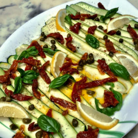 carpaccio-de-courgettes-tomates-sechees-et-capres